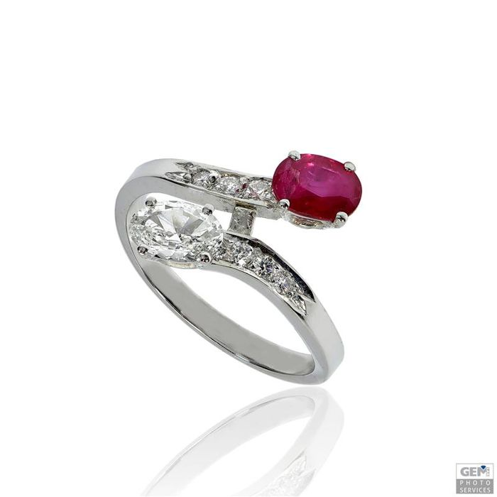 Ring set with a ruby of 0.56 ct Purplish Red, a diamond in oval cut of 0.28 ct and 6 diamonds in brilliant cut of 0.09 ct