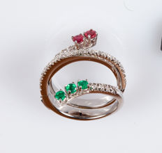 Ring in 18 kt white gold with 0.30 ct diamonds, rubies, and emeralds