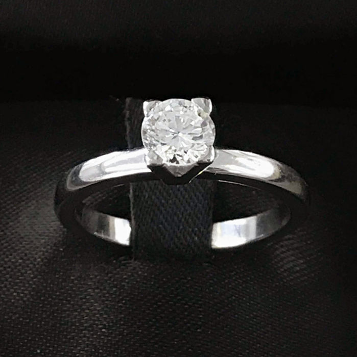Solitaire ring in 18 kt gold with diamond of 0.65 ct, total ring weight 4.2 g, size 5
