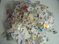 World lot of approximately 7 kg of stamps, some on fragments