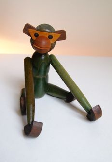 Producer unknown - Decoratively shaped teak monkey