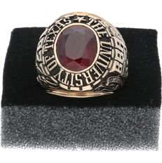 10 kt Yellow gold, tooled college ring set with a synthetic ruby, 1977, University of Texas
