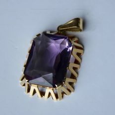 ca. 60x Extra large pendant 38,5mm of 14kt. Yellow gold with beautiful large natural Amethyst ca. 13.7Ct. (20x10mm) in high solid frame.