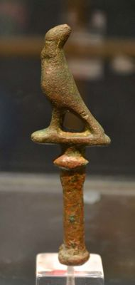 An ancient Egyptian bronze Horus falcon - 8,255 cm