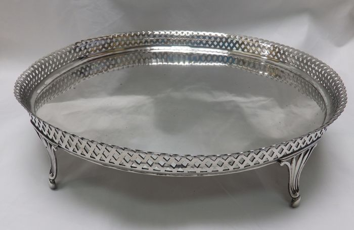 A 'cabaret' or tray in silver with perforated gallery, dry - Spain - 19th century