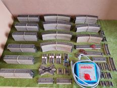 Märklin H0 - 153-piece extensive lot of M-rails including transformer 37540, lots of rails, and adjusting pieces
