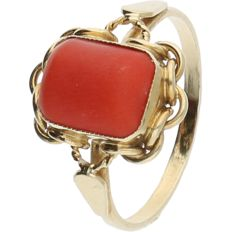 14 kt - Yellow gold tooled ring set with precious coral - ring size: 19.25 mm