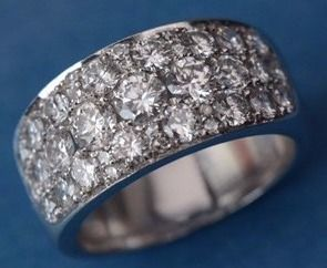 Ring in wit goud 18 karaat wegende 14,62 gr bezet met 37 diamanten