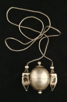 Antique lingam holder in silver, with small snake chain - India, early 20th century