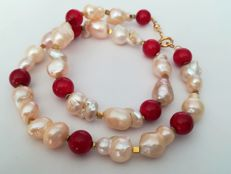 19.2 kt – Coral Necklace +  Tahiti baroque pearls, gold ring clasp