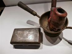 Beautiful tobacco in engraved metal - both sides -luneau emile, calvi 1908 - corsica - Frankrijk and pipe holder - 19th century - the Netherlands