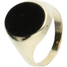 14 kt - Yellow gold signet ring set with an onyx stone - ring size: 22.25 mm