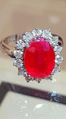 18 kt white gold cocktail ring with 7.5 ct ruby and 0.84 ct diamonds, VVS E ***No reserve***