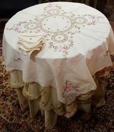 Antique square tablecloth for 4 people hand made in cross stitch embroidery, applications, crotchet and hemstitch - 6 napkins - 105 x 105 cm - no reserve