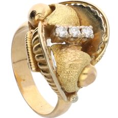 18 kt - Yellow gold ring set with 3 round, brilliant cut diamonds, 0.15 ct in total - Ring size: 17 mm
