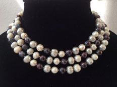 Necklace with baroque pearls