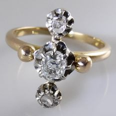 18 kt gold Art Nouveau ring with 0.35 ct Bolshevik cut diamond and 2 rose cut diamonds