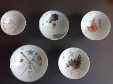 Lot of five imperial army Sakazuki dishes with decorations incl. the rising sun flag, imperial Paulownia leaves and the Japanese imperial army star - Japan - 1st half 20th century