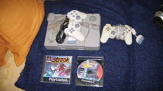 2 Playstation 1 consoles: SCPH-9002 en PSone SCPH-102 and 3 games