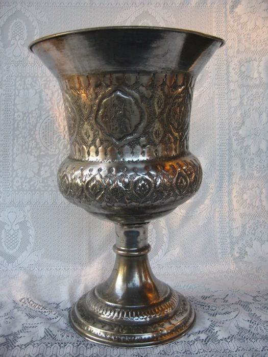 Large vase shaped like a cup in chiselled German silver - Iran/Persia