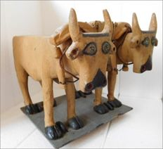 Vintage toy. Oxen with yoke on wheels, in resin. Early 1900s