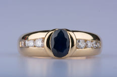 18 kt yellow gold ring with 1 oval sapphire of approx.  0.70 ct, 2 diamonds of approx.  0.12 ct, 2 diamonds of approx.  0.06 ct in total, 2 diamonds of approx.  0.04 ct in total, 2 diamonds of approx.  0.02 ct in total