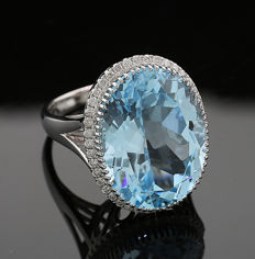 High-carat blue topaz diamond ring, 18.20 ct in totla, made of 750 white gold - ring size: 56 -- NO reserve price --