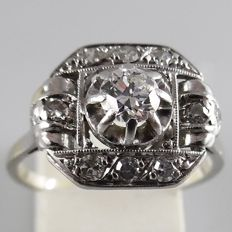 18 kt white gold Art Deco ring with a 0.30 ct central diamond and 0.30 ct of octagon cut diamonds