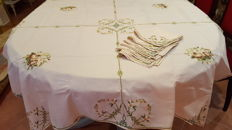 Antique square tablecloth for 4/6 persons hand embroidered in cross stitch and 6 large napkins - 107 cm x 105 cm - no reserve