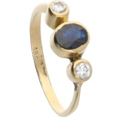 14 kt Yellow-gold ring, set with an oval-cut sapphire and 2 round brilliant-cut diamonds of 0.12 ct in total
