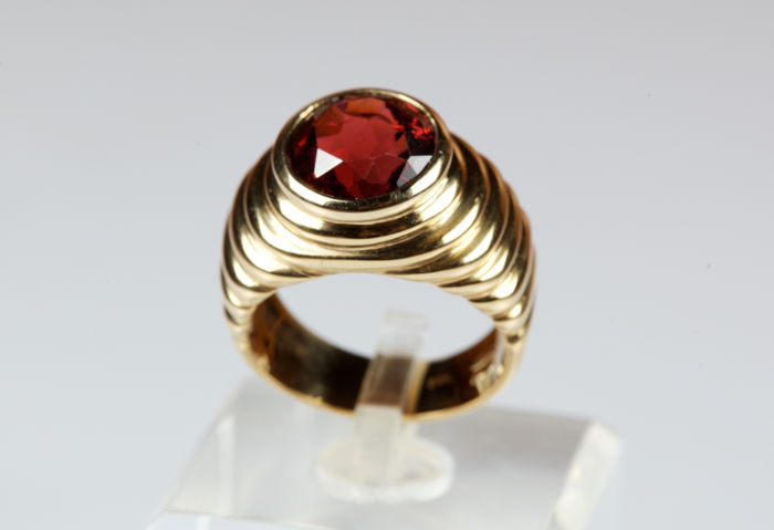 Yellow gold ring with garnet