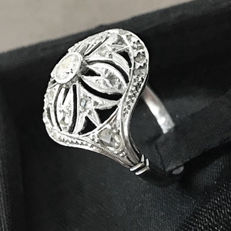 Art Deco ring in 18 kt gold with diamonds totalling 0.40 ct and a central diamond of 0.15 ct - The rest are rose cut, 0.13 ct