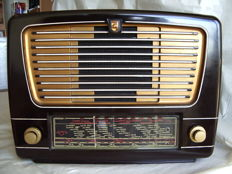 Excellent bakelite tube radio PHILIPS BX330A from 1953 in playing condition
