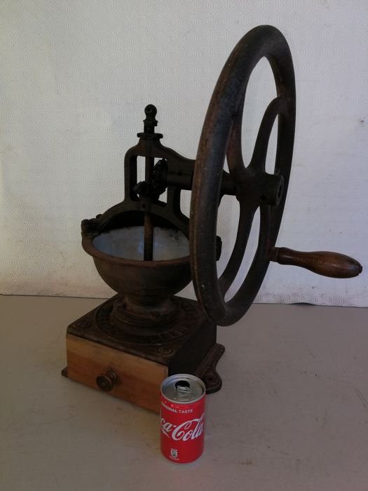 Antique cast iron grinder, manual, vintage original. Peugeot A2 ; for kitchen, dining room, tavern, coffee, pepper and spices. Enamelled internally. French - period 1900