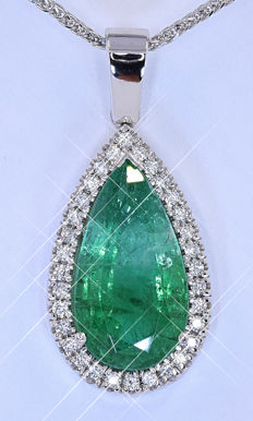 11.35 Ct Emerald and Diamonds necklace - Size: 36 x 16 mm. Chain 45 cm. NO reserve price!