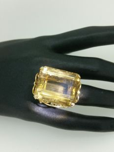 Gold ring with topaz of about 30 ct.
