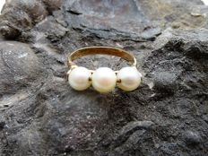 Ring with Akoya pearls – 18 kt gold