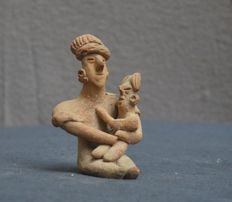 Pre-Colombian earthenware sculpture depicting a mother with child - 9.2 cm
