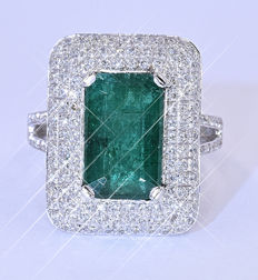 5.64 Ct Emerald and Diamonds ring - Size: 15.5. Inside diameter: 17.6 mm. NO reserve price!