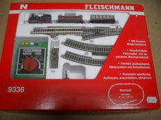Fleischmann N - 9336 - Starter set with steam locomotive, 2x goods wagons, rail oval & transformer