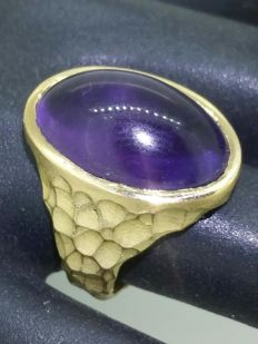 Gold ring with amethyst cabochon.