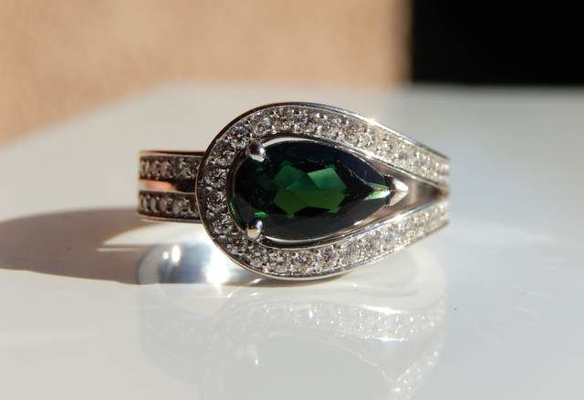18 kt white gold ring tourmaline pear and 0.70 ct of diamonds F/VVS