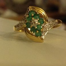 Cocktail ring in 18 kt gold, decorated with diamonds and emeralds (NO RESERVE PRICE).