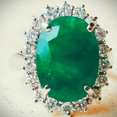18 kt white gold cocktail ring with 6.4 ct emerald and 0.65 ct diamonds ***No reserve***
