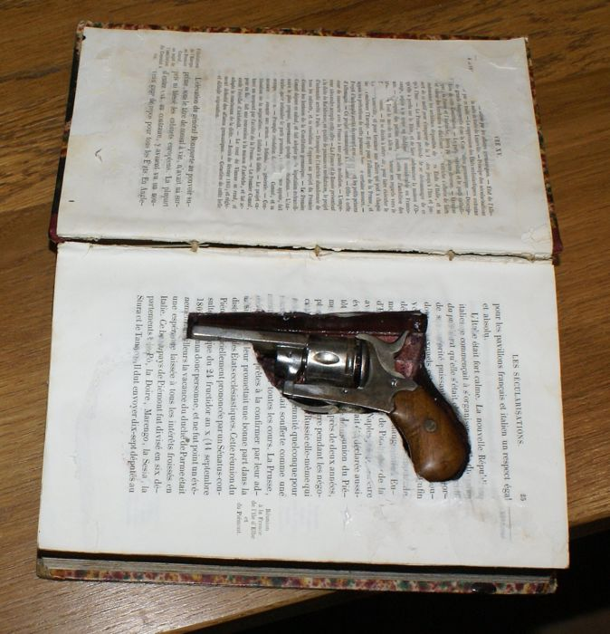 Small revolver hidden in a book - Catawiki