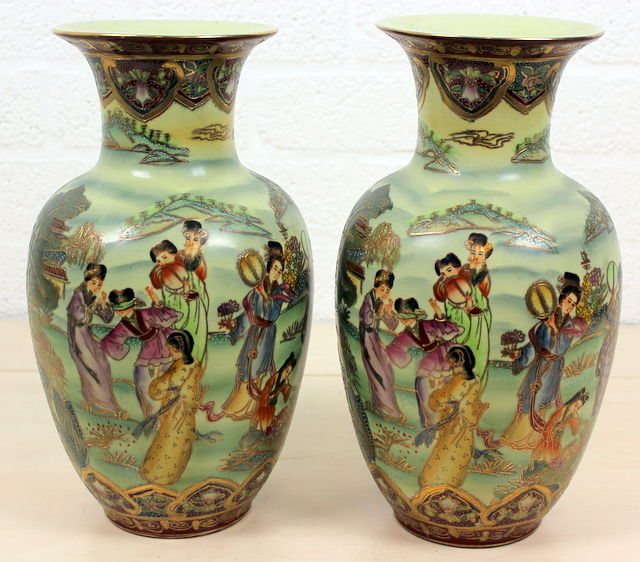 Two pristine Satsuma vases with figures and floral decorations - China - late 20th century.