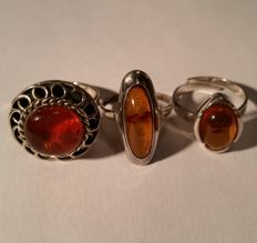 A set of 3 vintage amber rings with Baltic amber, origin Germany. Middle to end of the 20th century. Total: 10.76 grams.