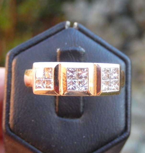 Signet ring set with 12 princess-cut diamonds in 14 kt gold and 0.84 ct in total