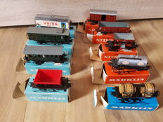 Märklin H0 - 4000/4501/4510/4513/4041/4605/4610/4623/4634 - Eight freight carriages and a passenger carriage