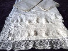 Rare set of two sheets and two throw pillows, richly decorated with bobbin lace, first half of the 20th century
